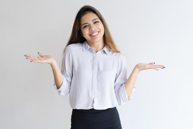 Menina descuidada alegre que shrugging ombros Foto gratuita