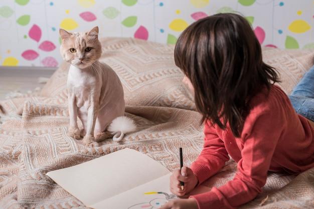 Menina, desenho, papel, olhar, gato Foto gratuita