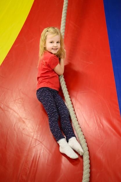 Menina, desfrutando de playground indoor Foto gratuita