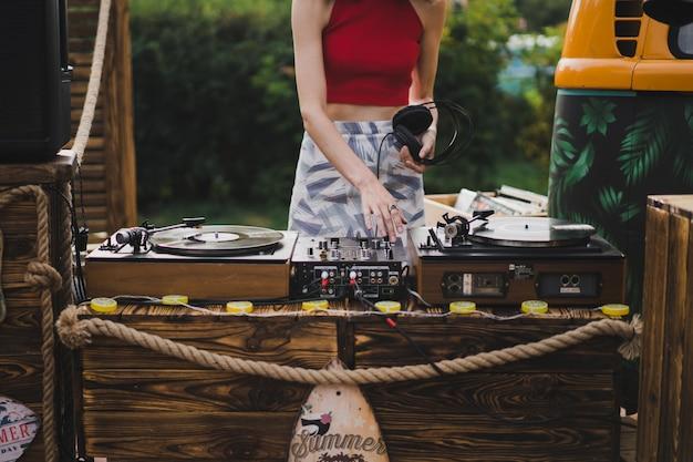 Menina dj tocando discos de vinil Foto gratuita