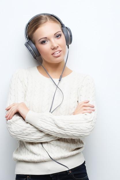 Menina do adolescente da música que dança contra o branco. Foto Premium