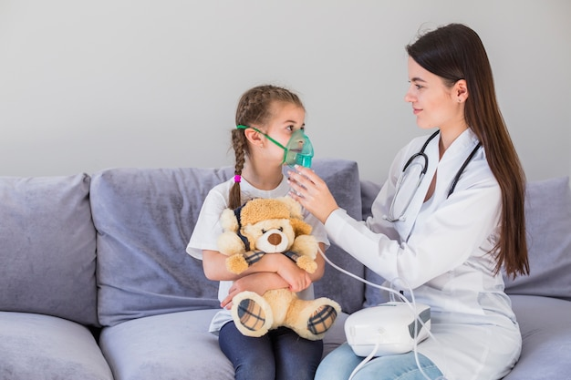 Menina doente com máscara Foto gratuita