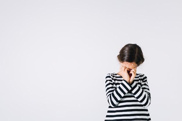 Menina doente, esfregando os olhos Foto gratuita