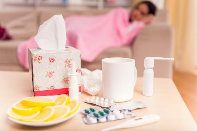 Menina doente que dorme em casa no primeiro plano da medicamentação. Foto Premium