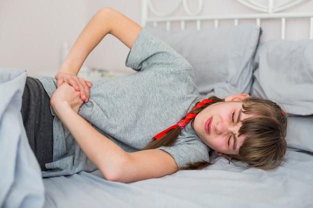 Menina doente sentindo dor Foto gratuita