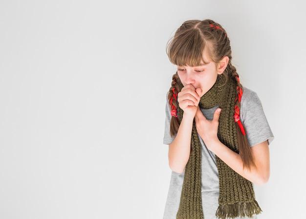 Menina doente tossindo Foto gratuita