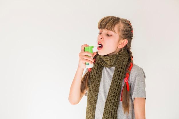 Menina doente usando aerossol Foto gratuita