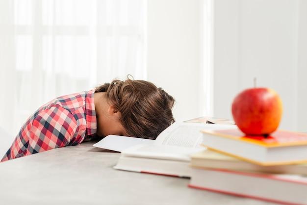 Menina dormindo em vez de estudar Foto gratuita