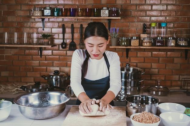 Menina dos doces na cozinha. Foto gratuita