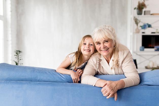 Menina e avó em casa Foto gratuita
