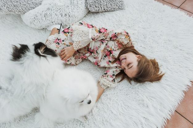 Menina e cachorrinhos brancos fofos Foto gratuita
