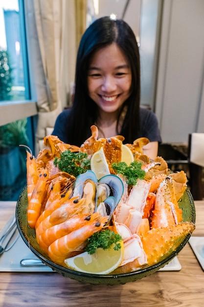 Menina e frutos do mar Foto gratuita