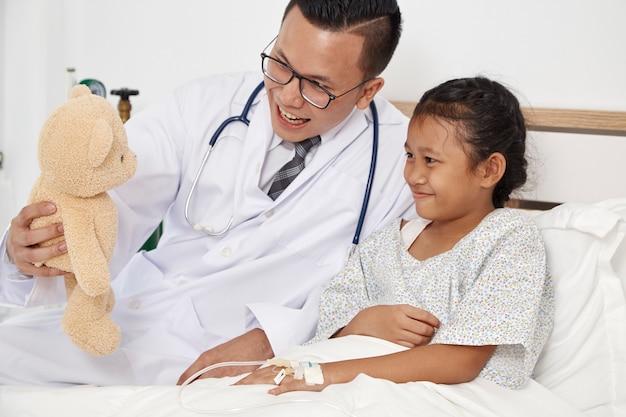 Menina e médico no hospital Foto Premium