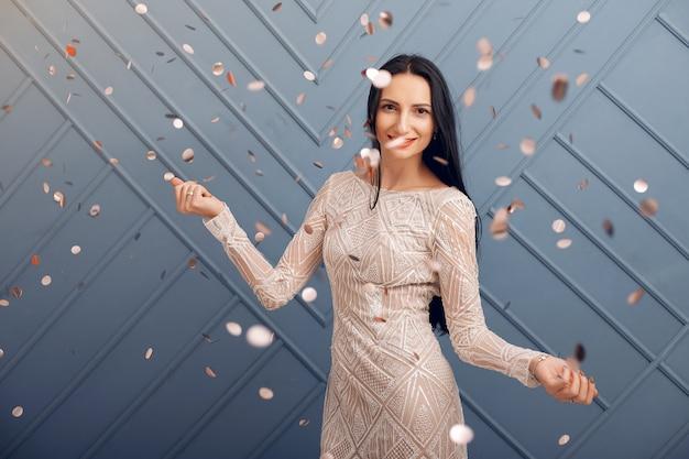 Menina elegante comemorar no estúdio Foto gratuita