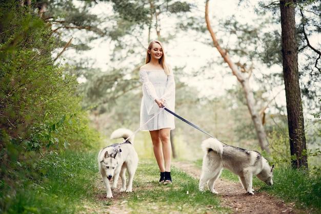 Menina elegante e elegante em um parque de primavera Foto gratuita