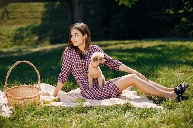 Menina elegante e elegante em um parque primavera Foto gratuita