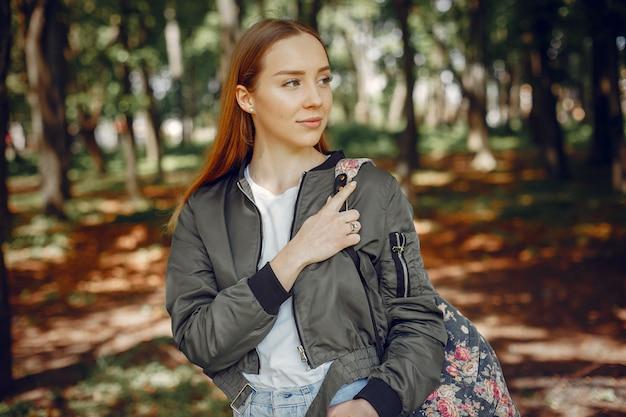 Menina elegante e elegante em uma floresta Foto gratuita