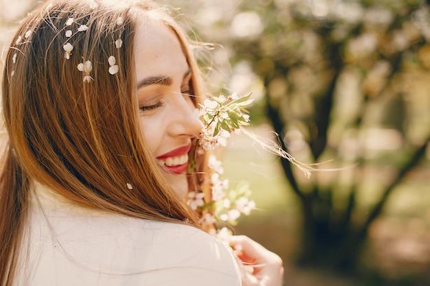 Menina elegante em um parque primavera Foto gratuita