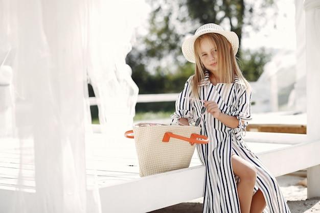 Menina elegante em uma costa de verão Foto gratuita