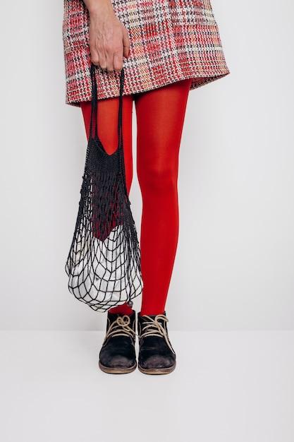 Menina elegante saia eco saco de compras de malha Foto Premium