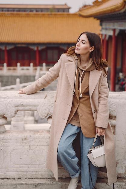 Menina elegante, visitando a cidade proibida em pequim na china Foto gratuita