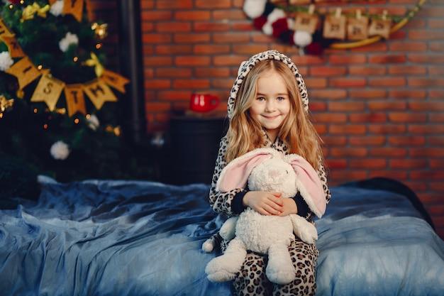 Menina em casa Foto gratuita