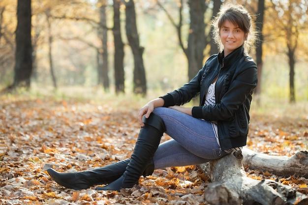 Menina em jaqueta e sapatos altos pretos Foto gratuita