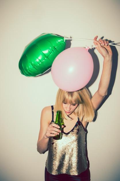 Menina em louco parte com balões Foto gratuita