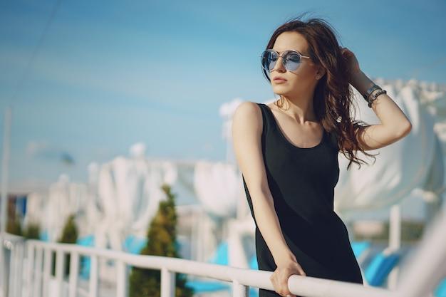 Menina em óculos de sol Foto gratuita