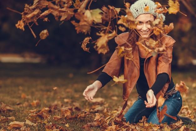 Menina, em, outono, parque Foto Premium