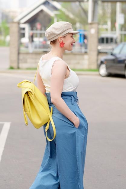 Menina, em, quadrado, chapéu Foto Premium