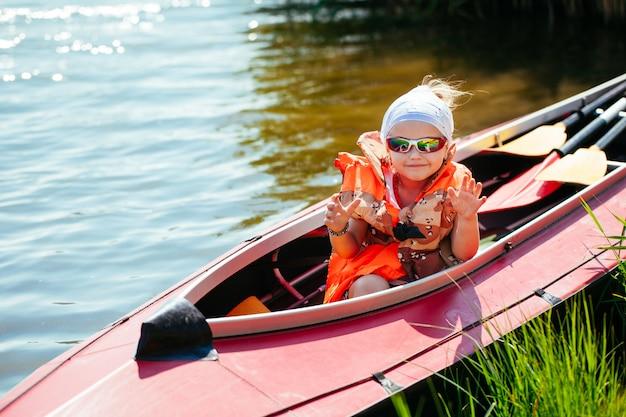 Menina em um caiaque. feriado familiar. Foto Premium