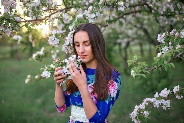Menina, em, um, florescer, pomar maçã, em, pôr do sol Foto Premium