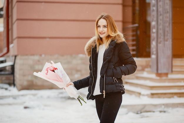 Menina em uma cidade de inverno Foto gratuita