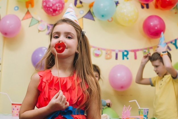 Menina encantadora com lábios de papel Foto gratuita