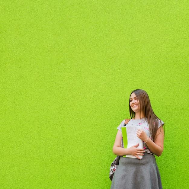 Menina encantadora com livro didático Foto gratuita
