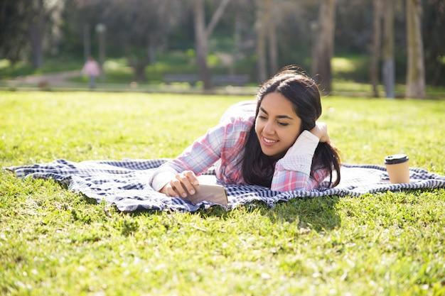 Menina encantadora pacífica relaxante no parque Foto gratuita