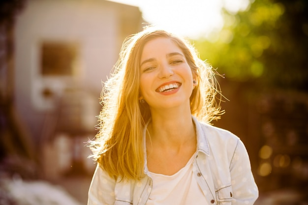 Menina encantadora sorrindo Foto gratuita