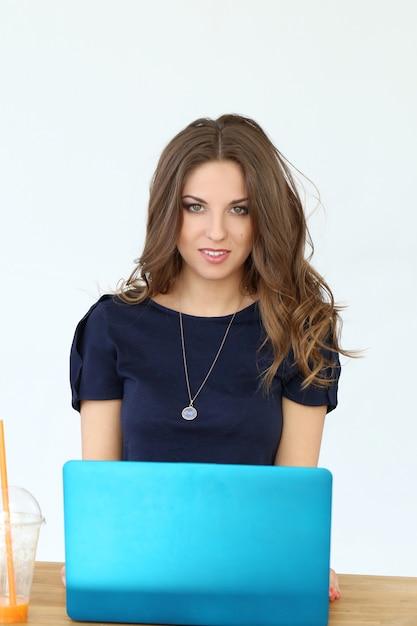 Menina encaracolada com laptop Foto gratuita