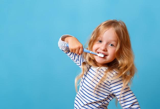 Menina escovando os dentes. Foto Premium