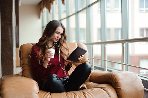 Menina, escutar música, através, fones, ligado, a, tabuleta Foto Premium