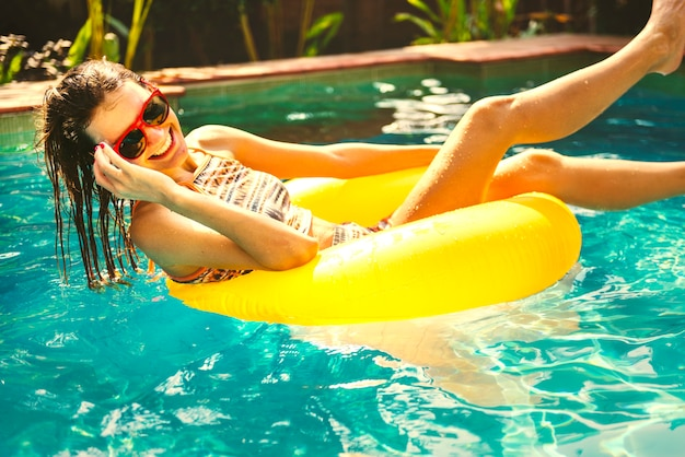 Menina, esfriando baixo, em, um, piscina Foto Premium