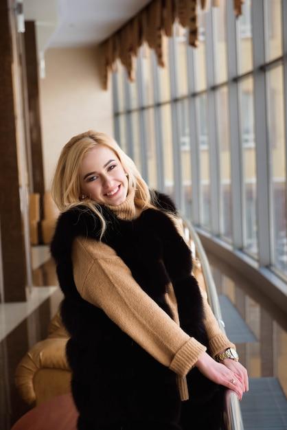 Menina esperando a chegada da aeronave Foto Premium