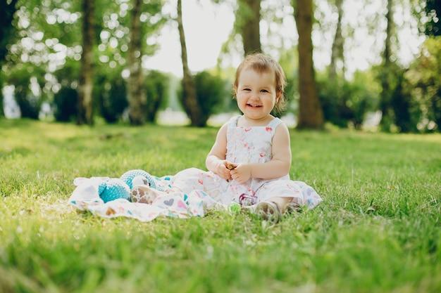 Menina está descansando no parque Foto gratuita