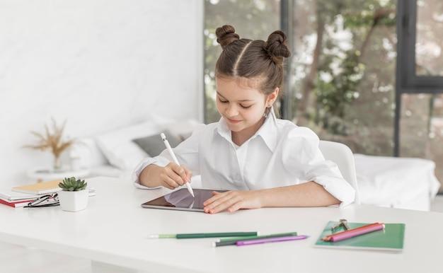 Menina estudando em casa Foto Premium
