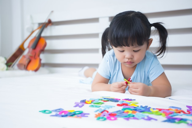 Menina estudando o alfabeto Foto gratuita