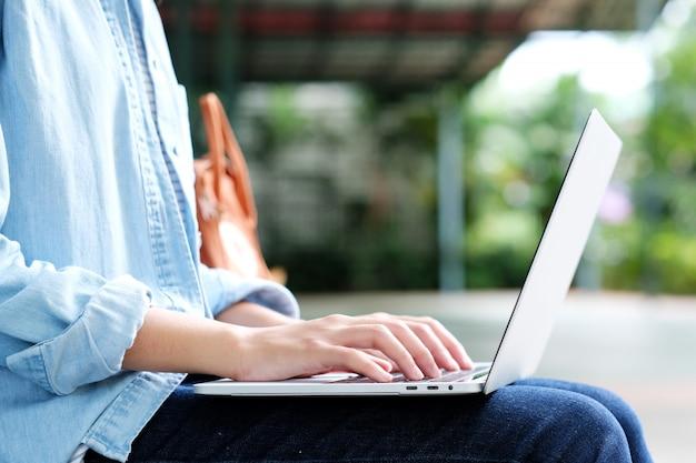 Menina estudante, usando computador portátil, educação online, adulto, aprendizagem, conceito Foto Premium