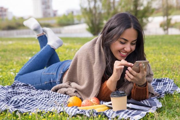Menina excitada alegre surfando a internet Foto gratuita