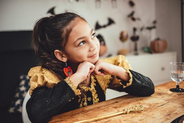 Menina fantasiada, contemplando Foto Premium