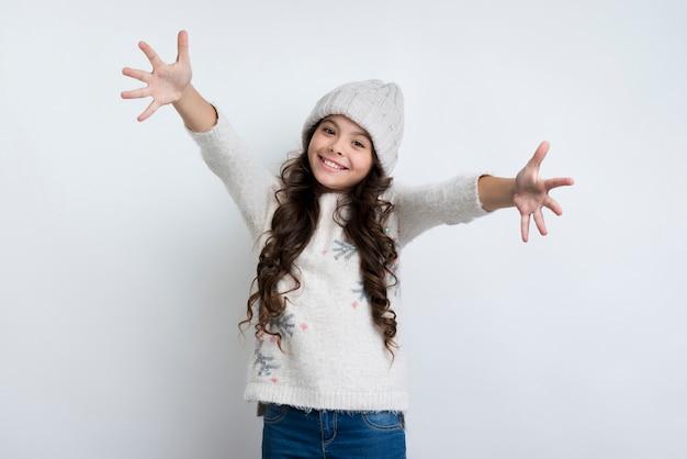 Menina feliz com mãos estendidas Foto gratuita